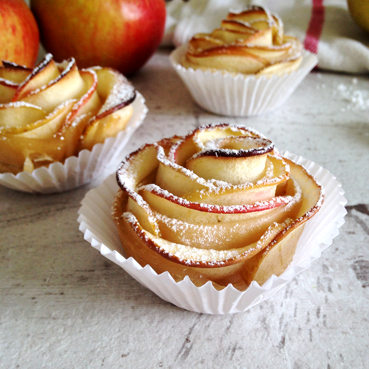 Пирожные розочки из слоеного теста с яблоками