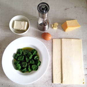 Завитки из слоеного теста со шпинатом и фетой