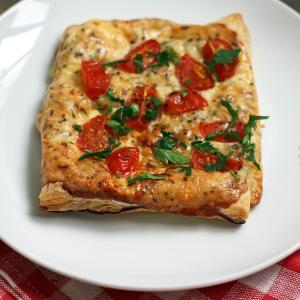 Слойки с сыром и томатами